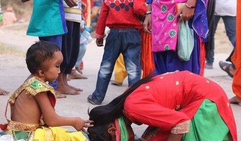 پرستش پسر 6 ساله در هندوستان!! + تصاویر