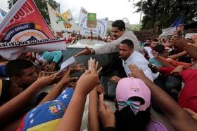 نیکلاس مادورو هنگام عزیمت به محل اجرای برنامه رادیویی به نام در ارتباط با مادورو در میان طرفدارانش که به او نامه می دهند