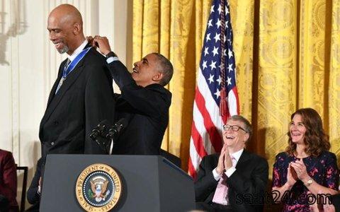باراک اوباما در حال اهدای مدال آزادی به کریم عبدالجبار در حضور بیل گیتس و همسرش