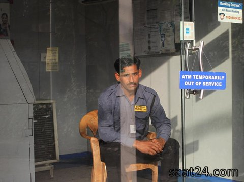 یک بانک در سرینگر هند پس از  صف های طولانی برا تعویض پول با تمام شدن پولش تعطیل شده