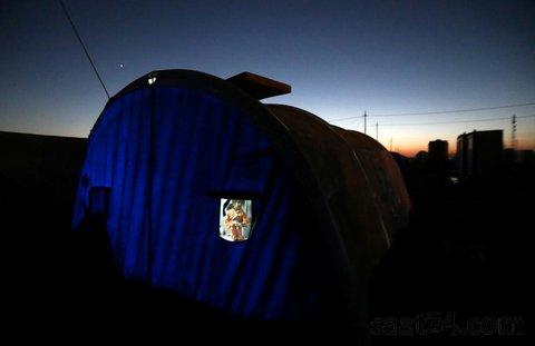 تصویر یک دختر عراقی در چادر خانوادگی در اردوگاه آوارگان اطراف موصل