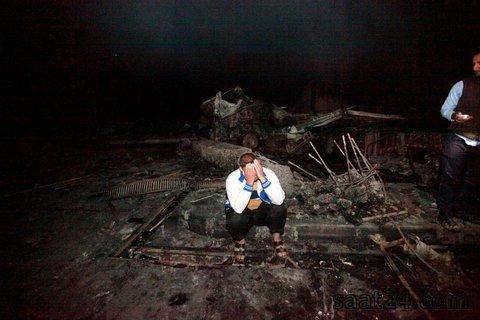 یک عزادار در محل انفجار داعش در پمپ بنزین حله در جنوب عراق
