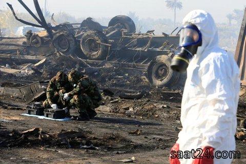 یک مامور امنیتی در حال بررسی محل انفجار حله در جنوب عراق