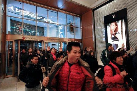 ورود مشتری های شادمان به یک فروشگاه در روز جمعه سیاه و حراجی های شب سال نود در آمریکا