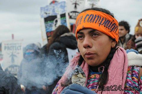 یک تظاهرکننده آمریکایی مخالف طرح خط لوله داکوتا در حال خوردن غذای نذری روز شکرگزاری گریه می کند