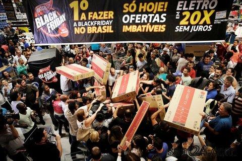 صحنه ای از خرید گروهی از مردم در آمریکا در فروشگاهی در آمریکا در روزجمعه سیاه و حراجی های سال نود