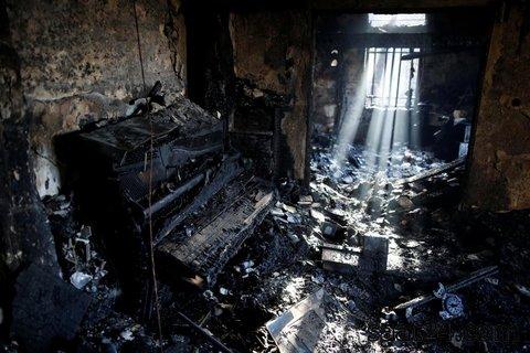 خانه سوخته ای در مناطق اشغالی که در اثر یک آتش سوزی وسیع سوخته رژیم اشغالگر قدس می گوید این اتش سوزی عمدی است