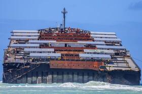 کشتی نفت کشی که موجب نشت نفت در نزدیکی جزایر موریس شده است