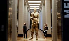 مجسمه ای با عنوان ژن خودآگاهی توسط مارک کوین در موزه علوم لندن .