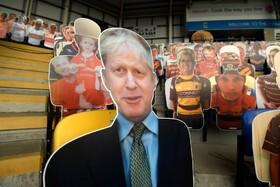 تصویر بوریس جانسون نخست وزیر انگلیس در میان تماشاچیان بازی های ورزشی در انگلیس