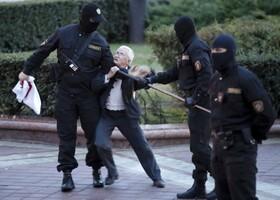 تظاهرات بلاروس و درگیری یک فعال هفتادو سه ساله بلاروسی با پلیس