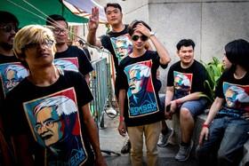 تظاهرات حامیان دمکراسی در تایلند با تیشرت هایی که تصویر رهبر این گروه روی آن نقش بسته