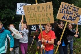 تظاهرات دانش آموزان برای جلوگیری از اخراج و بکاری معلمان مدارس در آمریکا