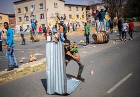 تظاهرات در ژوهانسبورک مرکز آفریقای جنوبی در اعتراض به قتل یک نوجوان شانزده ساله توسط پلیس