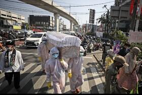 حمل یک تابوت در خیابان های جاکارتا برای تبلیغ و جلب توجه عمومی برای رعایت دستورالعمل های بهداشتی توسط مردم