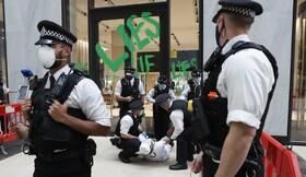 دستگیری یک حامی محیط زیست به دلیل رنگ آمیزی در ورودی شرکت شل در لندن
