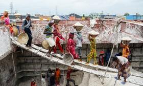 کارگران ساختمانی در حال کار در داکا مرکز بنگلادش