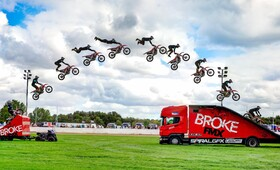 نمایش یک موتور سوار در نماشگاه کامیون ها در انگلیس در تصویری منحصر به فرد