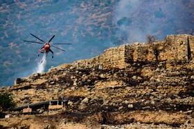 هلیکوپتر آتش نشانی در حال خاموش کردن آتش در یونان