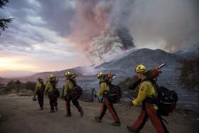 تلاش آتش نشانان برای خاموش کردن آتش در کالیفرنیای آمریکا