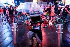 تظاهرات با استفاده از تلویزیون به عنوان ماسک در نیویورک آمریکا