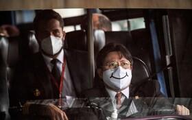 راننده اتوبوسی در بوگوتای کلمبیا با ماسک با نقاشی لبخند