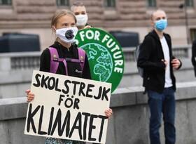 گرتا تورنبرگ فعال محیط زیستی نوجوان مشهور سوئدی در جهان مقابل مجلیس سوئد به زیان های وارده به محیط زیست اعتراض می کند