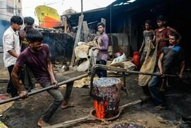 کارگران با سنین مختلف در منطقه کشتی سازی در داکا مرکز بنگلادش در شرایط سخت و خطرناک کار می کنند