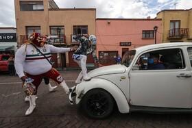 نمایش خیابانی کشتیگران رشته کچ در مکزیک برای توسیه های بهداشت و توزیع ماسک