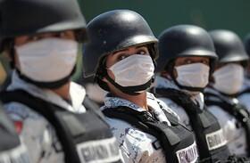 نیروهای امنیتی در مزیک با ماسک برای کشته های بیماری کرونا در مراسم صبحگاه یک دقیقه سکوت کردند