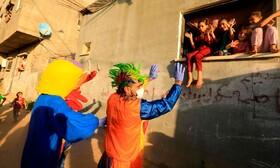 هنرمندان در غزه فلسطین در حال سرگرم کردن کودکان در قرنطینه